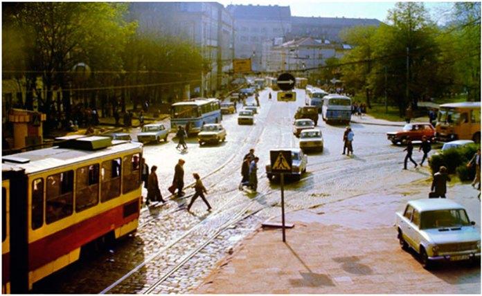 Сквер на місці теперішнього ринку «Добробут», вигляд зі сторони костелу Марії Сніжної. Фото кінця 80-х початку 90-х років.