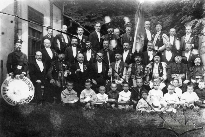 Члени Стрілецько товариства та їхні діти під час інтронізації нового куркового короля. Фото 1908 року