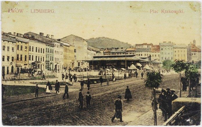 Зелені клумби на місці торгових лотків на площі Краківській (Я. Осмомисла). Листівка 1909 року.