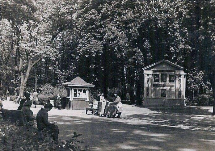 Алея парку ім. Івана Франка неподалік кінотеатру «Парк». На фото помітно продуктовий кіоск, що був там за радянських часів. Фото 1959 року