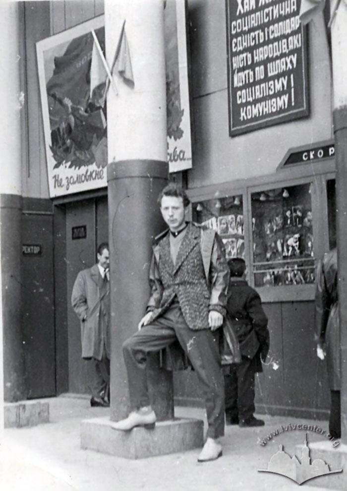 Люди біля входу до кінотеатру «Парк» в парку ім. Івана Франка. Фото 1963 року