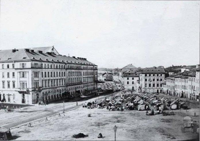 Торгові лотки на площі Краківській (Я. Осмомисла). Фото до 1876 року. Автор: Ю.Едер