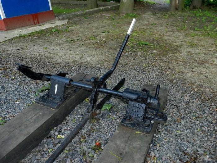 Безбалансирний стрілочний станок. Унікальний пристрій 1914 року, що зберігся на Дитячій залізниці і до сьогодні. Сучасне фото. Автор: Олег «Дока».