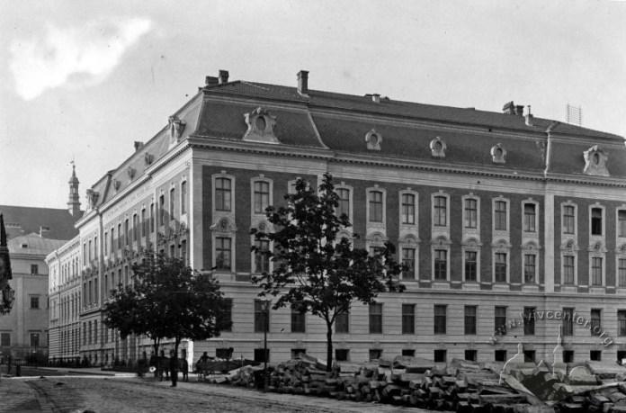 Будівля Художньо-промислової школи (тепер будівля Економічного факультету ЛНУ). Перед будівлею помітно початки будівництва Національного Музею. Фото 1892 року