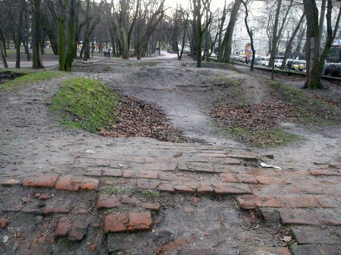 Сховища в парку ім. Івана Франка, викопані студентами перед початком Другої світової війни. Сучасне фото