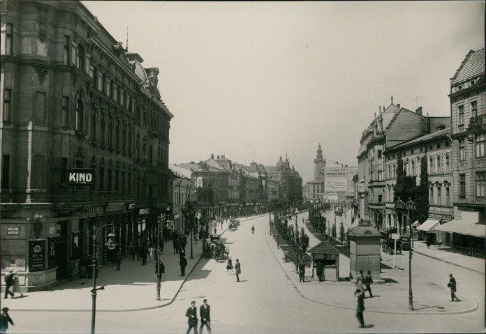 Будка і газетний кіоск на алеї вулиці Академічної (пр. Шевченка). Фото 1926 р.