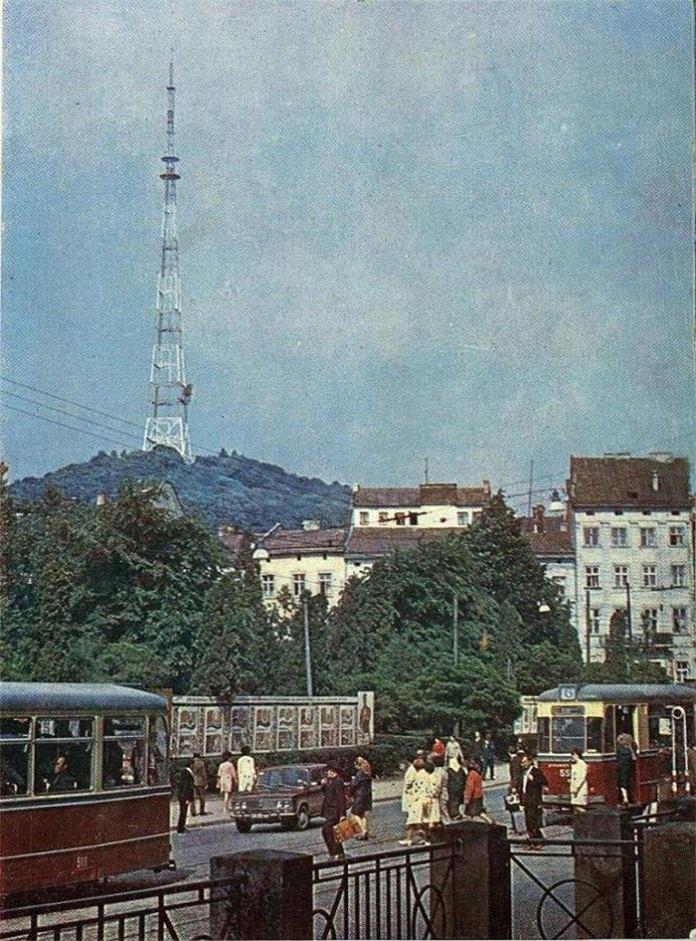 Вид на сквер на площі 300-річчя Возз'єднання (Я. Осмомисла) зі сторони театру М. Заньковецької. Фото 1980 рр.