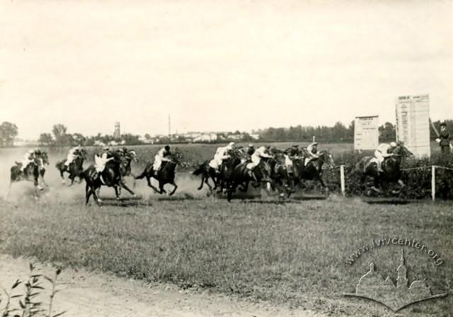 Кінні перегони на третьому львівському іподромі. Фото 1950-1960 рр.