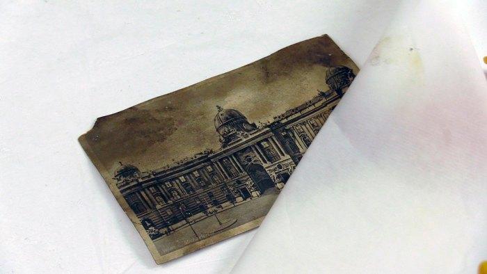 Механічне очищення поверхні поштівки за допомогою зволоженого фільтрувального паперу