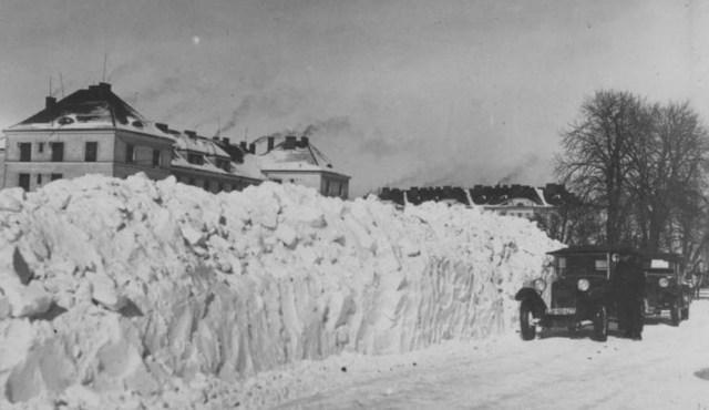 Двометрові стіни снігу на вул. Стрийській. Фото 1920-1930-х рр.