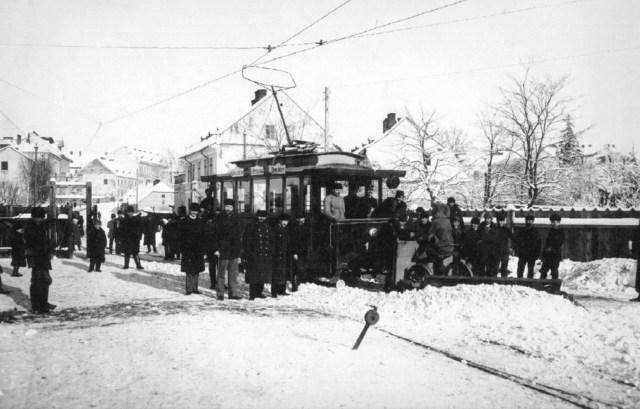 Розчищення снігу львівським трамваєм. Фото першої чверті XX ст.