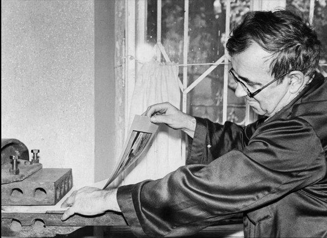 Леопольд Левиський за роботою у майстерні, фото 1950-их років.