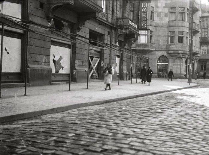 Розбиті вітрини на вулиці Академічній (пр. Шевченка). Фото 14-17 квітня 1936 року