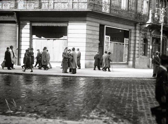 Понищені вітрини на одній із львівських вулиць. Фото 14-17 квітня 1936 року