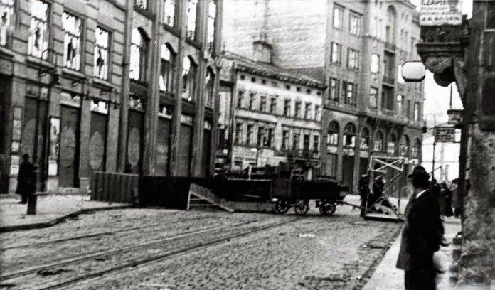 Барикада на вулиці Городецькій (Городоцька). Фото 16-17 квітня 1936 року.