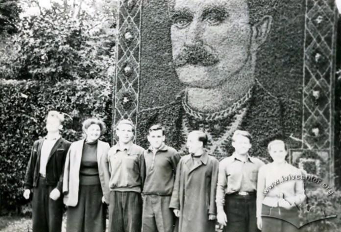 Панно з квітів у вигляді портрету І.Франка біля парку ім. І.Франка. Фото 1947 року