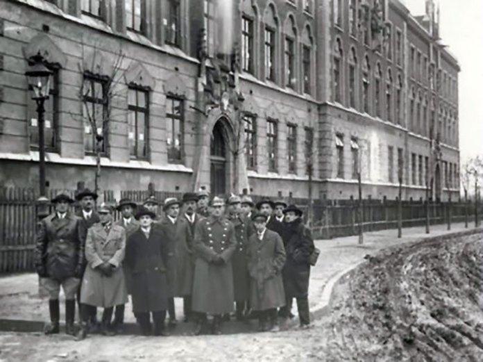 Польські ветерани біля школи Сєнкевича на 10-ту річницю битви. Фото 1928 року