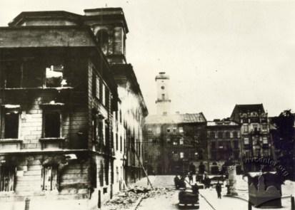 Ушкодженні бомбами колишній дикастеріальний будинок та будинки на вул. Театральній. Фото 1941 року.