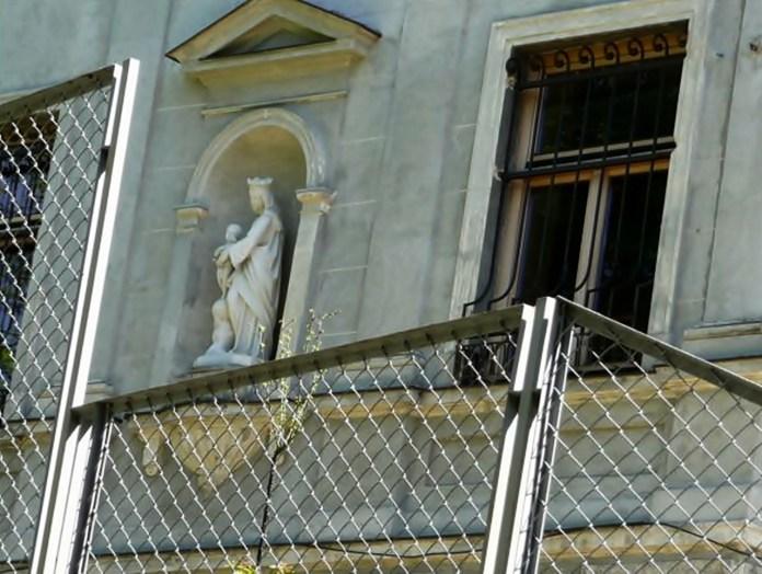 Фігура Божої Матері з Дитятком Ісусом на будинку по вул.І.Франка, 117