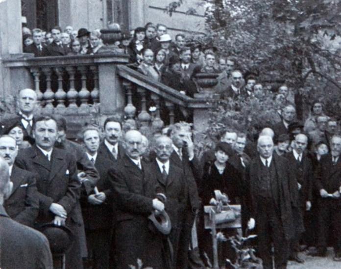 Гості на урочистому відкритті пам'ятнику Андрею Шептицькому біля Національного музею. Фото 1935 року