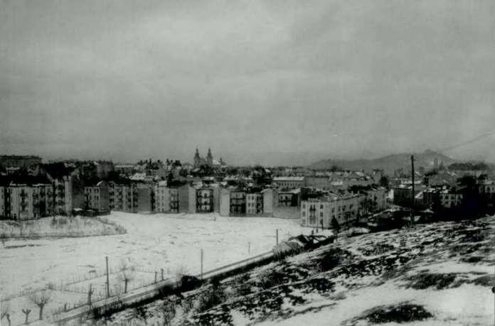 Собків став в час свого осушення. На його фоні помітно уже чиншові кам'яниці, що заполонили Кастелівку, замість віл. Фото 1930-х рр.