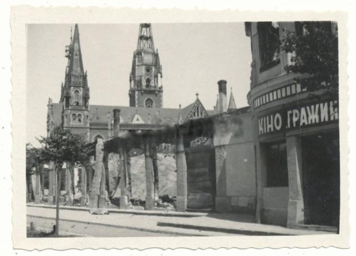 Зруйнований база Грьодлів, в котрому діяв кінотеатр Гражина. На фото також видно понищений костел Ельжбети. Фото 1939-1944 рр.
