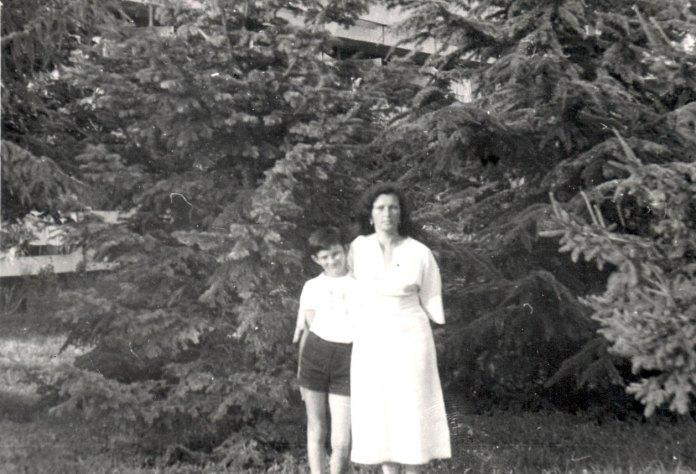 Сім'я часто їздила відпочивати в Болгарію. На цій світлині Андрійко з пані Олею в болгарському місті Албена.