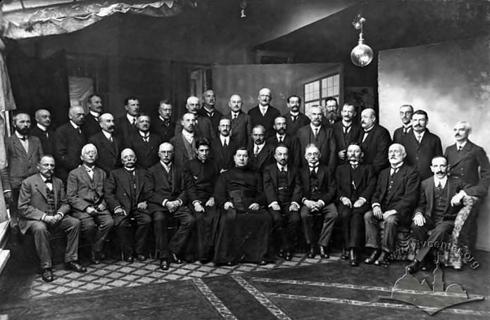 Міхал Тепфер (стоїть по центру фото, у першому ряді) разом із іншими російськими військовими заручниками – львів'янами, 1915 рік