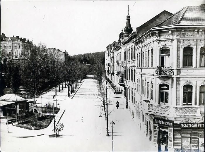 Вулиця Пуласкєго (тепер Паркова). Зліва павільйон трамвайної зупинки, поч. ХХ ст.