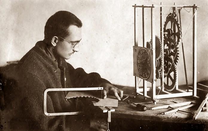 Федір Яцура майструє дерев'яний годинник у Бережанській тюрмі, де він був ув'язнений у 1925–1927 роках за підпільну діяльність