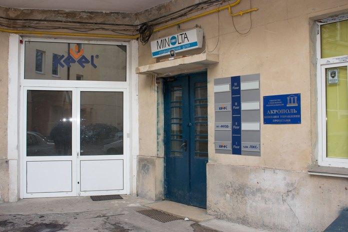 """Під'їзд по вул. Левицького, 55, де збереглися кахлі """"Brattel Deсet Lwow"""", 2016 рік"""