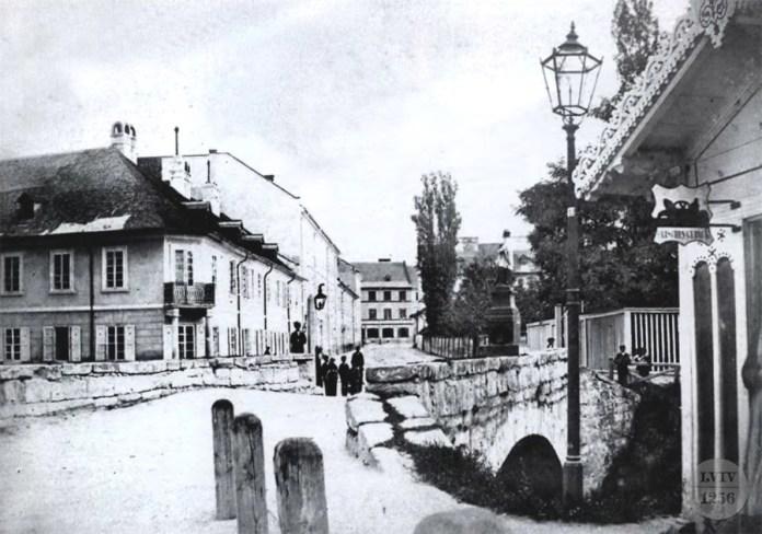 Фігура Яна Непомука на містку через Полтву на місці теперішнього проспекту Шевченка. Фото 1860-х рр.