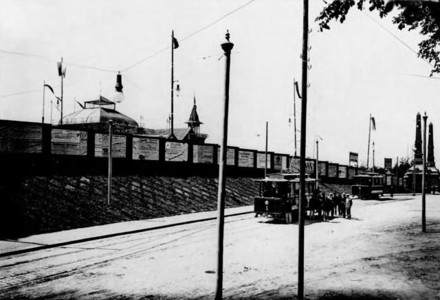 Трамвай біля головного входу до Крайової Виставки на вул. Самчука. Фото 1894 року