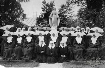 Сестри-терціанки біля скульптури Матері Божої в саду Дому Опіки Св.Ядвіги. Фото 1914-1915 рр.