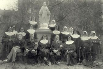 Скульптура Матері Божої в саду Дому Опіки Св. Ядвіги на вул. Солодовій, 10. Фото 1915 року