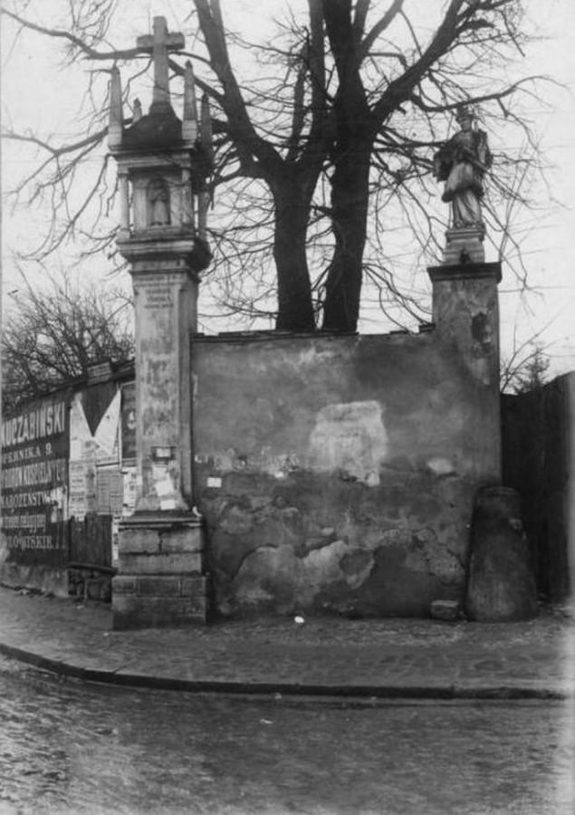 Колона Сикстів та скульптура Яна Непомука. Фото 1920-х рр.