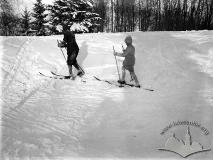 Юна і доросла лижниця під час лижної прогулянки. Фото 1930-1939 рр.