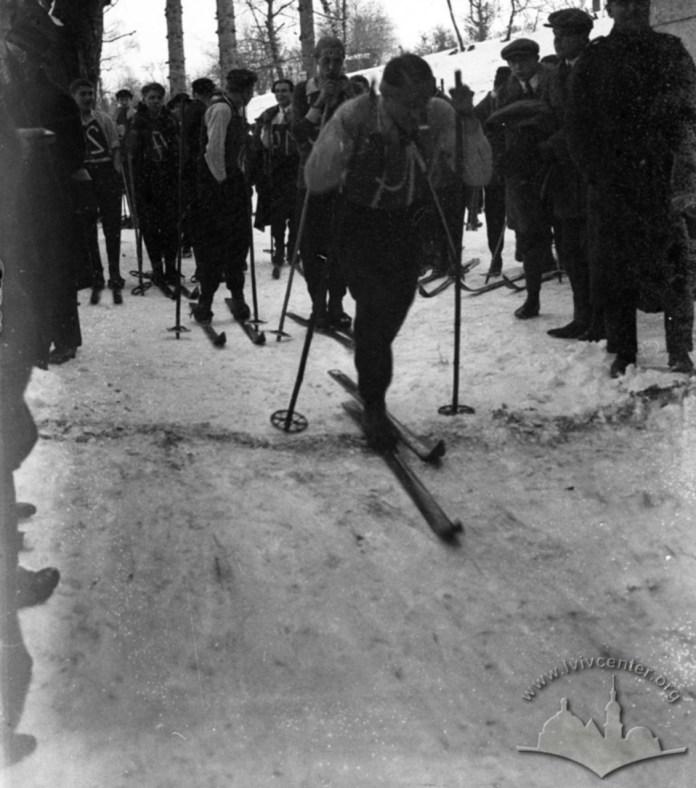 """Лижники на старті під час змагань на трасі спортивного клубу """"Погонь"""". Фото 1930-1939 рр."""
