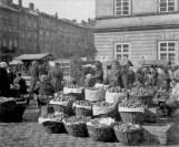 Продавщиця фруктів на ринку на площі Ринок. Фото 1935 року