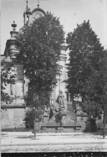 Скульптури янголів та Богоматері на сходах костелу Св.Антонія. Фото 1912 року