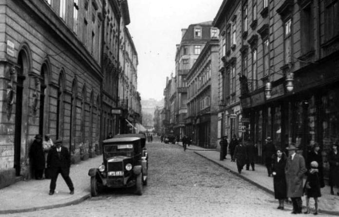Вулиця Братів Рогатинців, початок XX ст. (Взято із: http://photos.wikimapia.org/p/ot2/00/00/02/23/50_big.jpg)