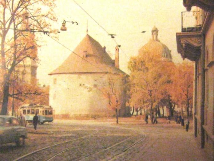 Трамвайна колія по вулиці Лисенка, по якій проходив маршрут до Високого Замку. Фото 1968 року