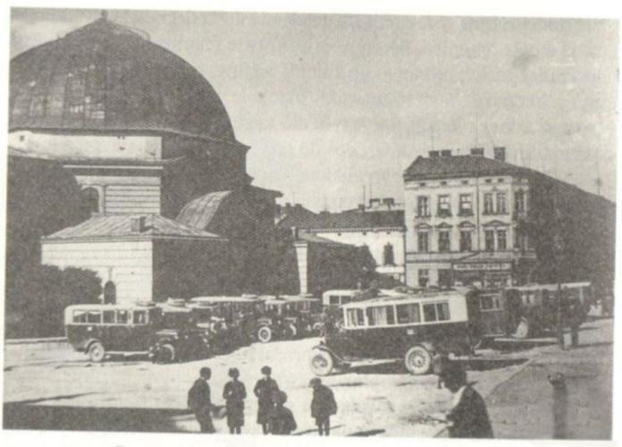 Автобусна станція поруч Темпля на пл. Старий Ринок. Фото 1930-х рр.