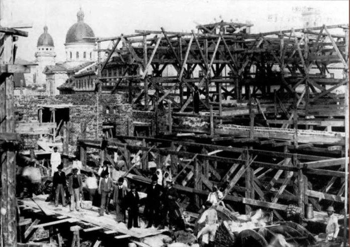 Будівництво Оперного театру на стадії зведення стін. Фото 1898 р.