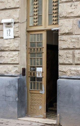 """Під'їзд по вул. Грюнвальдській,12, де збереглися кахлі """"A. Gruber Lwów."""", 2016 рік"""
