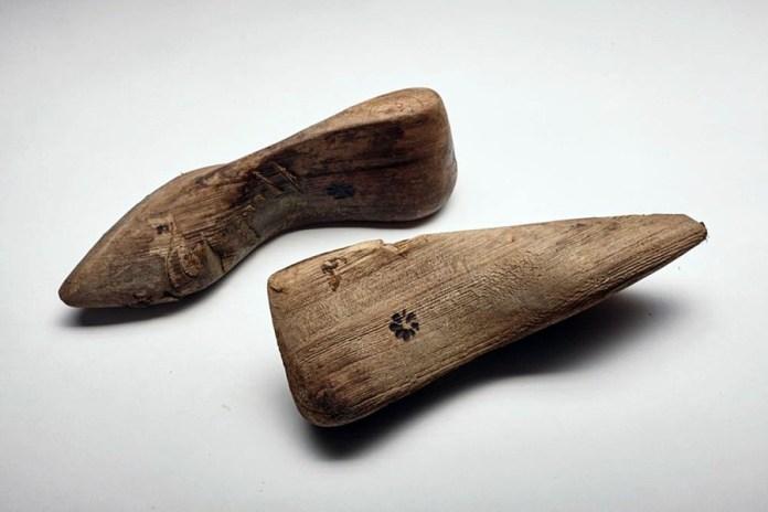 Дерев'яні колодки для пошиття взуття, знайдені під час розкопок на розі вулиць Краківська – Вірменська у Львові
