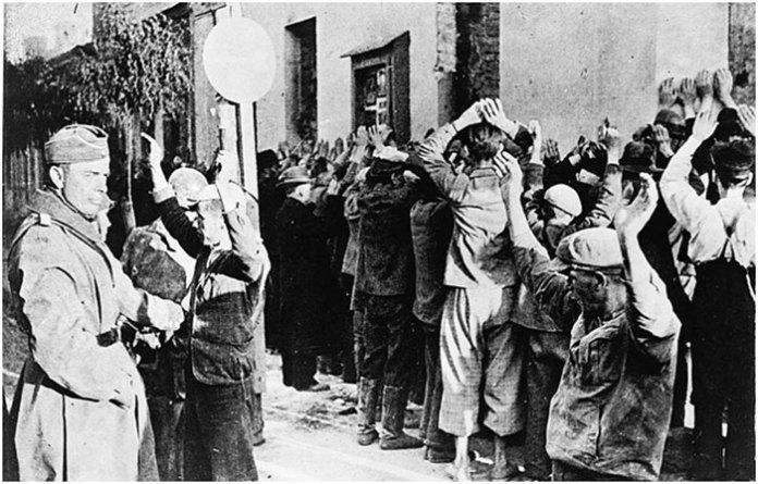 Євреї, з піднятими догори руками. Літо 1941 р. Львів