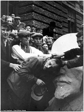Побиття єврея жителями Львова. Один з учасників одягнений у вишиванку