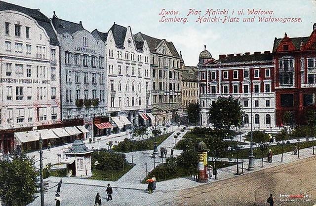 """Крайній справа будинок № 7 споруджений у 1902 р. На першому поверсі знаходилася відома кав'ярня """"Центральна"""". Фото 1910 р."""