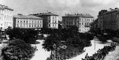 Площа Міцкевича. Будинок в центрі (пл. Галицька № 15) споруджений у 1872 р. за проектом Ф. Покутинського для Іпотечного банку. Фото кін. ХІХ ст.
